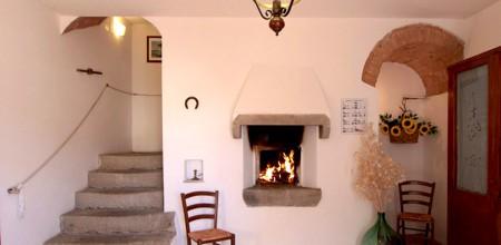 Alloggi-montegonfoli-5-ingresso-camino