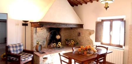 Alloggi-montegonfoli-6-salotto-camino